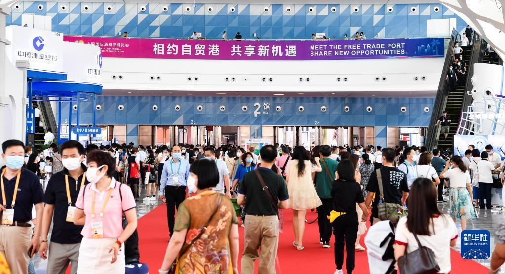 3观众在海口举行的首届中国国际消费品博览会现场参观(5月9日摄)。新华社记者 杨冠宇 摄