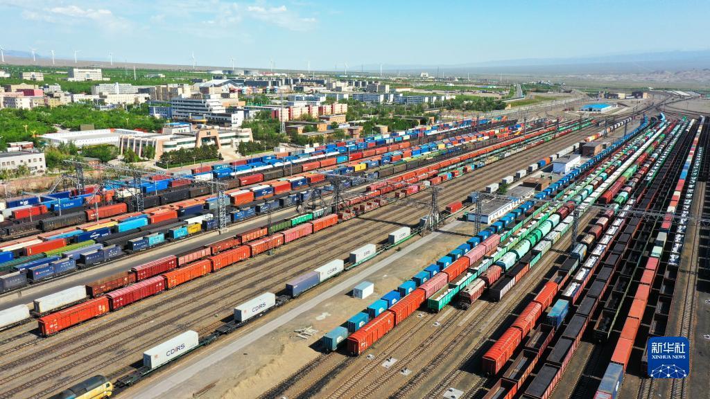 5出境中欧(中亚)班列停靠在新疆阿拉山口站内(5月27日摄,无人机照片)。新华社发 关博 摄
