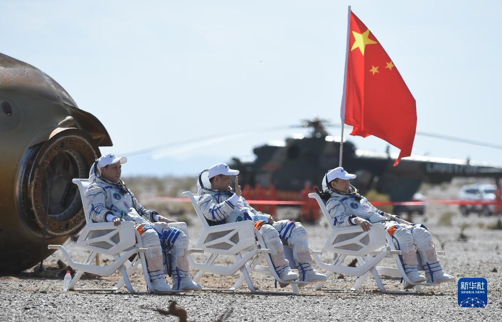 69月17日,神舟十二号载人飞船返回舱在东风着陆场成功着陆。这是航天员聂海胜(中)、刘伯明(右)、汤洪波安全顺利出舱。新华社记者 连振 摄