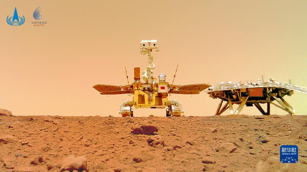 """8这是6月11日公布的由祝融号火星车拍摄的""""着巡合影""""图。新华社发(国家航天局供图)"""